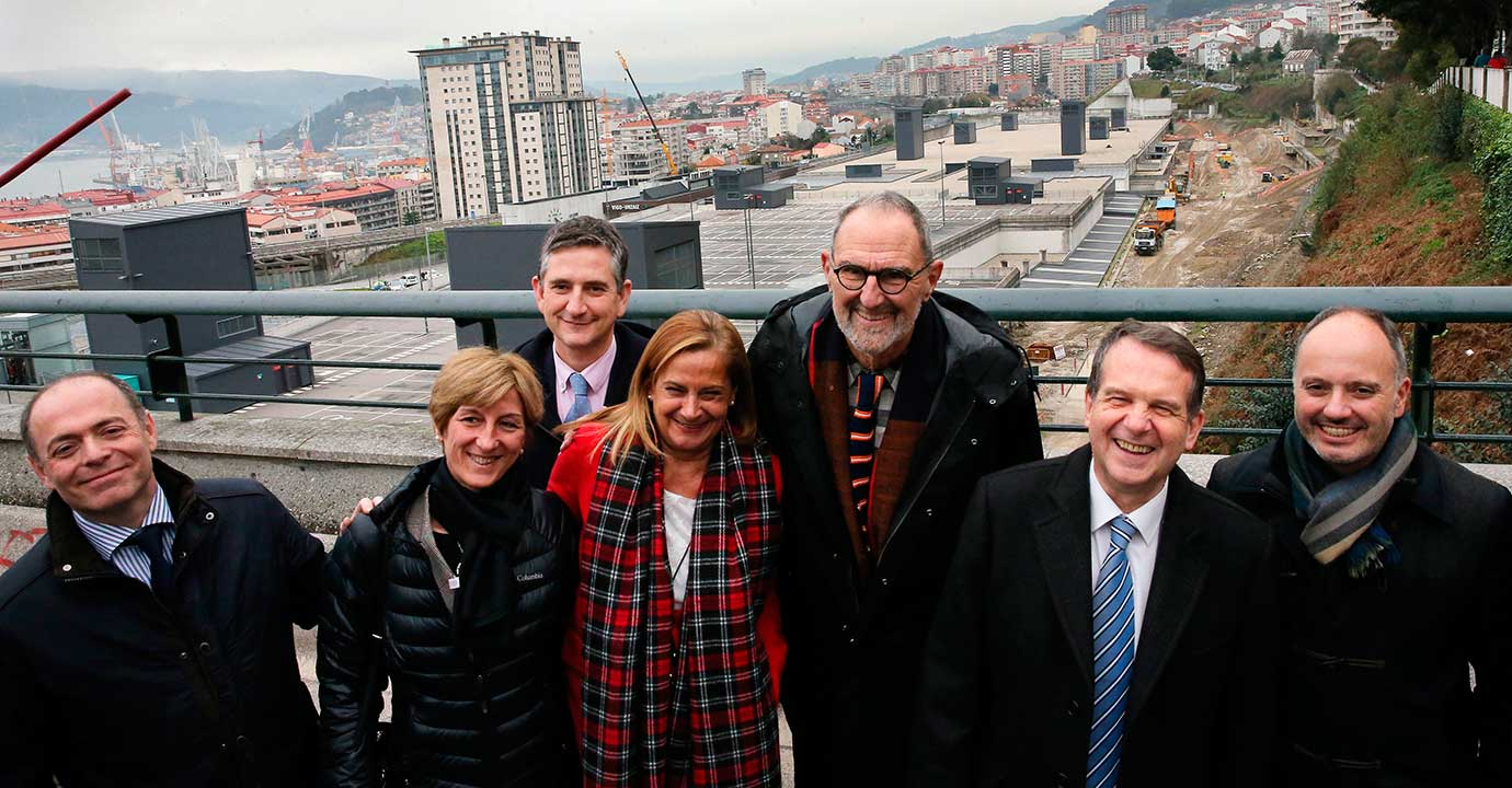 Visita del prestigioso arquitecto norteamericano Thom Mayne a las obras de la estación del Urzáiz, junto a Caballero, Carmela Silva, Regades y otras autoridades.