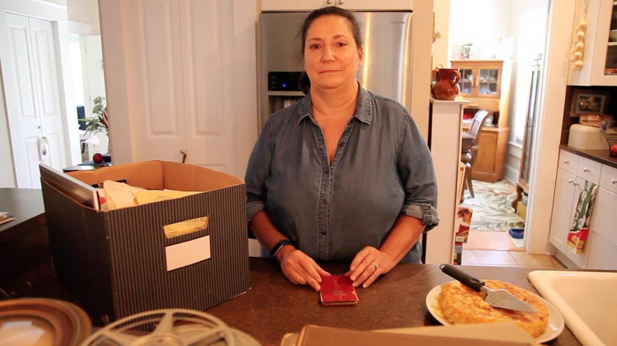 Cathy Varón, con el libro de recetas de su bisabuela Ramona, en Florida